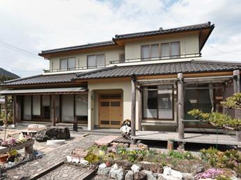塗装ひとつで重厚感のある家になり大満足です。ありがとうございました。